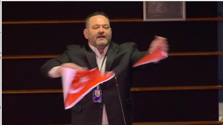Ξέσκισε την τουρκική σημαία ο Γιάννης Λαγός μέσα στην ευρωβουλή  – Βίντεο