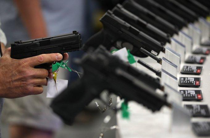 Η Δ. Βιρτζίνια προσφέρει δωρεάν όπλα στους πολίτες για να τους ενθαρρύνει να εμβολιαστούν.