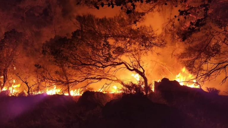 Μαίνεται η φωτιά και στη Ρόδο